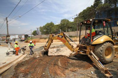 Rotatória perto do Pague Menos, na avenida São Francisco de Assis, começa ser construída