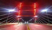 Ponte da Esperança é iluminada de vermelho para lembrar importância da doação de sangue