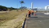Prefeitura realiza limpeza e pintura de guias em principais ruas e avenidas da cidade