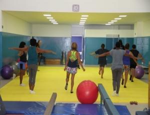 Prática esportiva com acompanhamento profissional pode ser realizada mesmo em casa