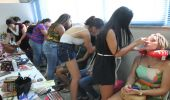 Alunas têm aula prática no curso de maquiagem da Economia Solidária